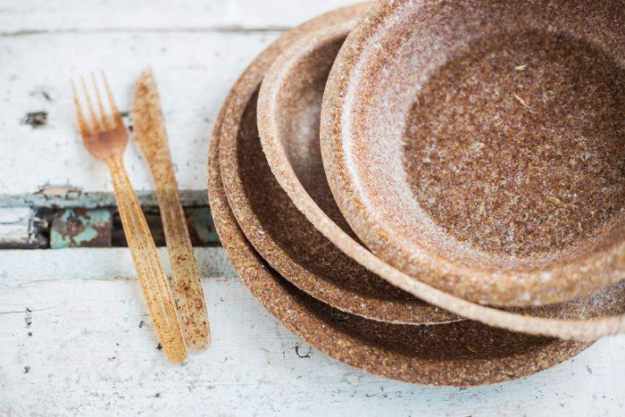 A great alternative to plastic plates are those made of wheat bran, produced by the Polish company Biotrem.