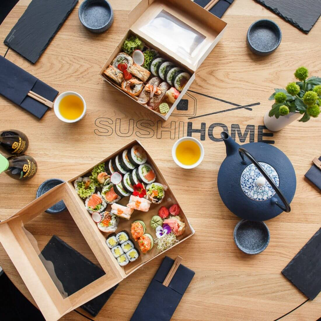 A paper sushi box as an alternative to plastic trays.