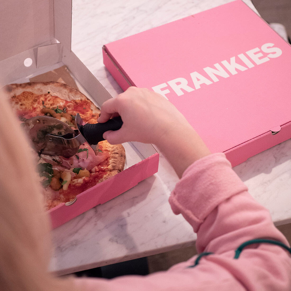 The pink pizza box is remembered by customers. A box that makes pizza taste better.