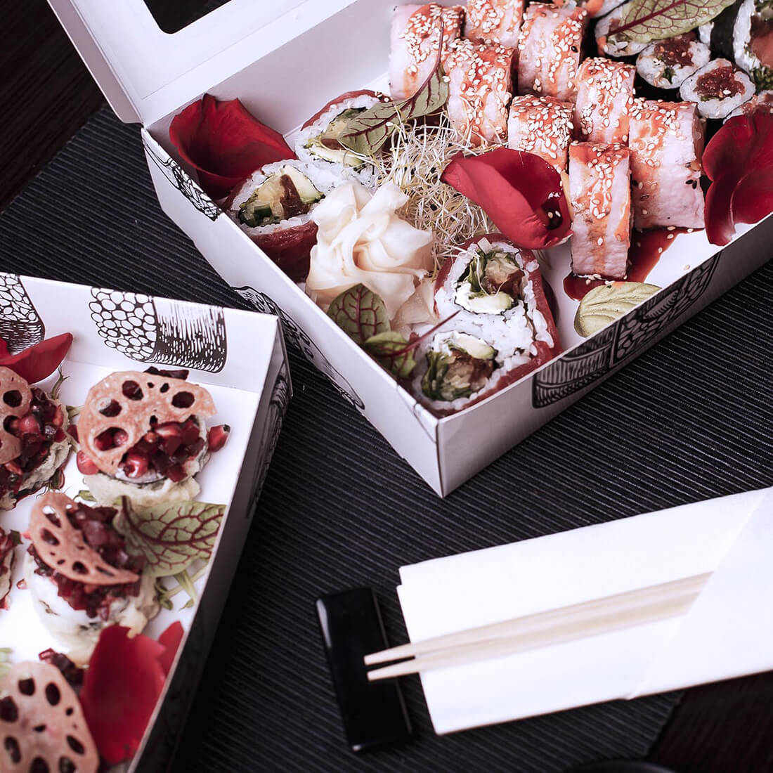 Elegant sushi boxes made of white paper harmonize with the atmosphere of the restaurant.