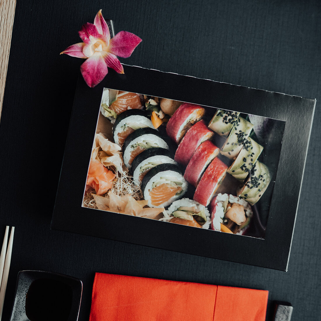 A paper box with a window that presents the content enhances the visual effect of the dish. Sushi packed in a box looks like an elegant gift.8